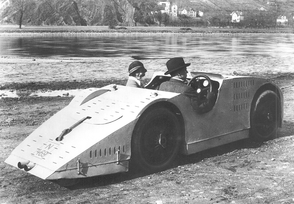 "Aerodynamic Bugatti 32 ""Rychlonohá želva – Quick turtle"" was driven in Prague with the regular license plates"